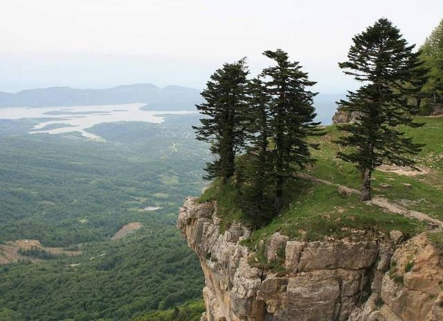 800px-Tkibuli_Reservoir_(Photo_A._Muhranoff,_2011).jpg